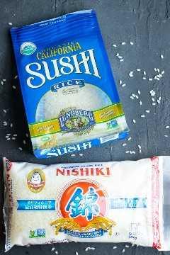 Dos tipos de marcas de arroz para sushi: una bolsa de arroz de sushi de grano corto de California y una bolsa de arroz de sushi de grano medio japonés.