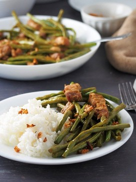 sitaw adobong com arroz cozido no vapor em um prato branco