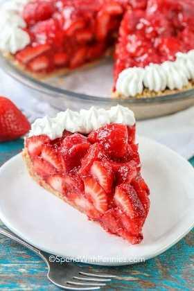 Una rebanada de No Bake Strawberry Pie en un plato.