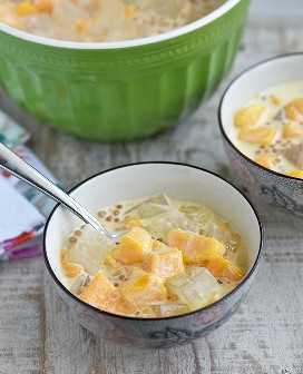 comer jalea de mango de un tazón de servir con una cuchara