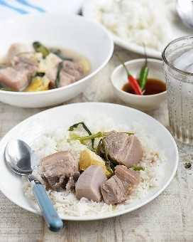 bulanglang na baboy sobre arroz al vapor en un plato blanco