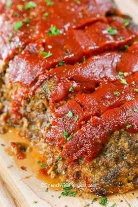 Jugoso pastel de carne en una tabla de cortar listo para comer!