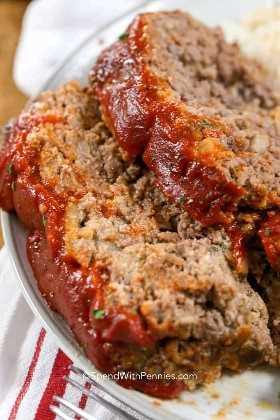Receta de pastel de carne jugosa con salsa de chili y salsa de tomate.