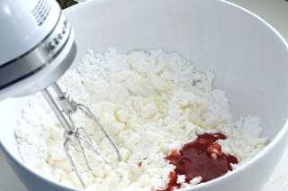 Añadir las fresas puré en la mantequilla y el azúcar.