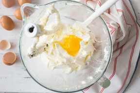 Agregar los huevos a la masa de pastel de mantequilla.