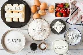 Ingredientes de la torta de la torta de frutas de la fresa con las etiquetas del texto.