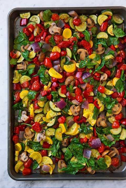 Verduras asadas en una bandeja para hornear.