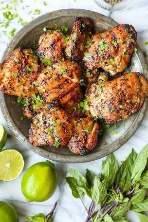Coxas de frango tailandesas: coentro, manjericão tailandês, molho de peixe, suco de limão e açúcar mascavo = a melhor marinada de todos os tempos. Grelhado ou cozido em uma panela no fogão!