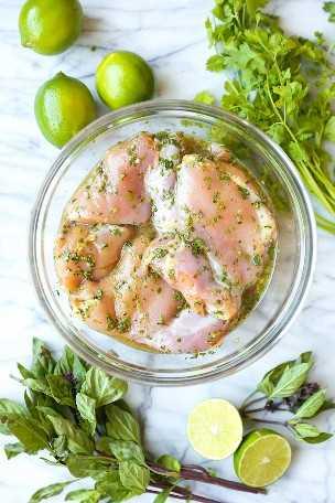 Coxinhas de frango tailandesas: coentro, manjericão tailandês, molho de peixe, suco de limão e açúcar mascavo = a melhor marinada de todos os tempos. Grelhado ou cozido em uma panela no fogão!