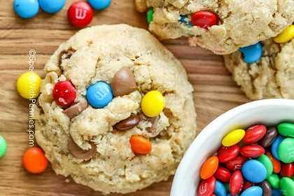 Descripción de una galleta monstruosa con M & M's y chips de chocolate.