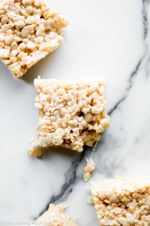 """El arroz krispie trata """"width ="""" 600 """"height ="""" 900 """"data-pin-description ="""" ¡Comidas extra crujientes y pegajosas de krispie de arroz! Agregue un poco de extracto de vainilla para lograr un sabor inigualable y no empaque la mezcla en la bandeja para hornear. Nuestra receta favorita de salsa de arroz crujiente en sallysbakingaddiction.com """"srcset ="""" https://juegoscocinarpasteleria.org/wp-content/uploads/2019/07/1563770703_175_Nuestro-arroz-favorito-Krispie-trata-la-receta.jpg 1200w, https: // cdn .sallysbakingaddiction.com / wp-content / uploads / 2019/07 / rice-krispie-treats-1-500x750.jpg 500w, https://cdn.sallysbakingaddiction.com/wp-content/uploads/2019/07/rice- krispie-treats-1-600x900.jpg 600w """"tamaños ="""" (ancho máximo: 600px) 100vw, 600px """"/></p> <p>Eso es básicamente eso! No necesito convencerte de que los dulces de arroz con krispie son deliciosos, pero espero que pruebes estos pequeños extras (vainilla, sal, proporción de malvavisco a cereal) la próxima vez que necesites una receta para estos cuadrados de malvavisco.</p> <p>¿Cómo se hace el arroz krispie trata?</p> <h2>Más postres sin hornear</h2> <hr/> <h3>Descripción</h3> <p><em>Esta es nuestra receta favorita para las delicias clásicas de arroz krispie. ¡Añadir un poco de mantequilla y malvavisco extra, además de un chorrito de extracto de vainilla y una pizca de sal hace toda la diferencia! Deje reposar durante al menos 1 hora antes de cortar en cuadrados.</em></p> <hr/> <h3>Los ingredientes</h3> <ul> <li>3/4 taza (170 g; 1.5 palos) <strong>mantequilla sin sal</strong></li> <li>dos bolsas de 10 onzas (11 tazas colmadas) <strong>mini malvaviscos</strong></li> <li>1/2 cucharadita <strong>extracto puro de vainilla</strong></li> <li>pellizco <strong>sal</strong></li> <li>9 tazas (270g) <strong>cereal crujiente de arroz</strong></li> </ul> <hr/> <h3>Instrucciones</h3> <ol> <li>Cubra un molde para hornear de 9 × 13 pulgadas con papel pergamino. Engrasar ligeramente el pergamino. Siempre uso un rocío muy lige"""