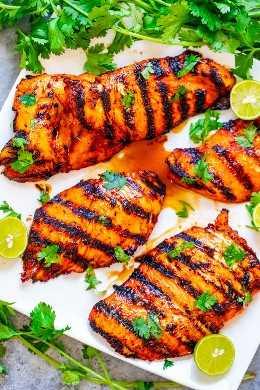 Sriracha Lime Chicken a la parrilla - ¡FÁCIL, listo en 10 minutos, y el pollo es PICANTE, tierno y jugoso! ¡Ponga esta receta de pollo HEALTHY en su menú de verano cuando quiera poner las cosas en su lugar!