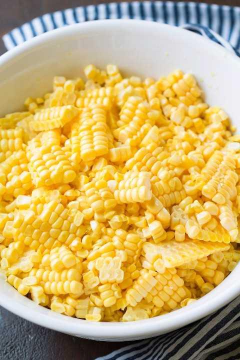 Cuenco lleno de granos de maíz frescos.