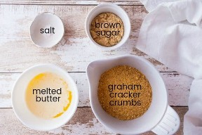 Ingredientes para hacer corteza de galleta de Graham, con etiquetas de texto.