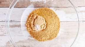 Las migas de galletas Graham, el azúcar moreno y la sal en un tazón grande para mezclar.