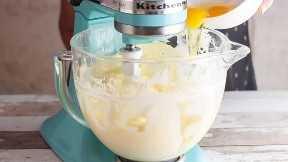 Adicione os ovos à massa de queijo, um de cada vez.
