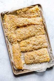 ¡Los tacos de pescado de Tzatziki tienen un toque griego! Hecho con filete de pescado blanco empanado cubierto con salsa de menta tzatziki.