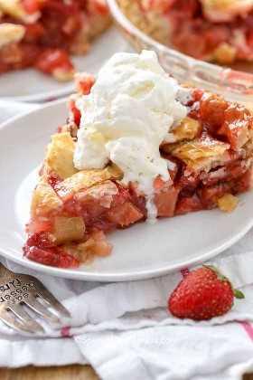 Tarta de ruibarbo de fresa fresca con helado de vainilla frío.