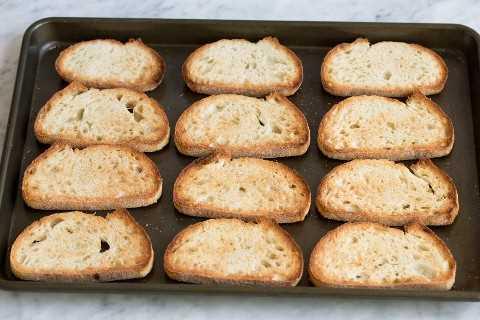 Pan tostado en una bandeja para hornear
