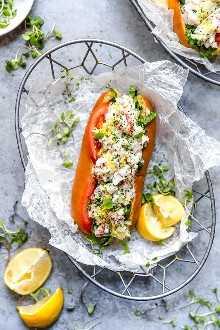 Rollos de langosta me gritan el verano! Hecho con trozos de langosta fría mezclada con apio, chalotes, cebolletas, mayonesa liviana y una pequeña ralladura de limón servida en un bollo para perritos calientes, ¡delicioso!