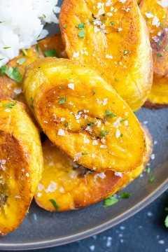 Bananas crocantes que foram fritas em óleo de coco com uma pitada de sal para servir.