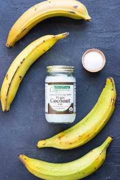 Bananas maduras com óleo de coco e sal como ingredientes em uma receita de banana frita.