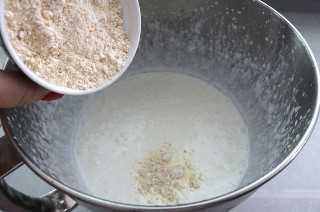 Agregue el azúcar en polvo y el polvo de maní