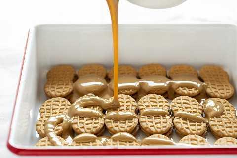 Verter la mantequilla de maní en un postre de galleta de mantequilla de maní