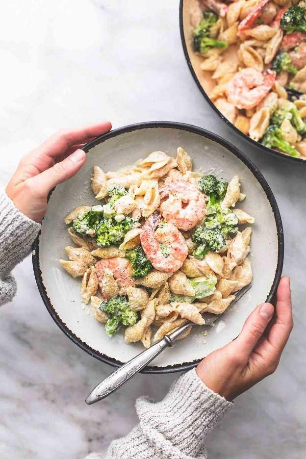 Receta fácil de camarones y brócoli Alfredo para la cena   lecremedelacrumb.com