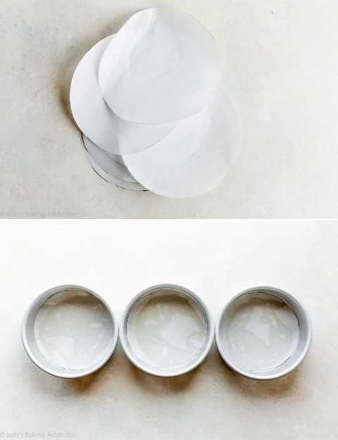 Rondas de papel de pergamino en moldes para pasteles