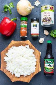 Arroz, frijoles, salsa de salsa Lizano, cebolla roja y una cebolla como ingredientes en una receta de gallo pinto.