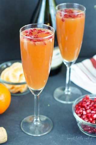 ¡Rapido y Facil! Esta Mimosa de granada de mandarina es el cóctel perfecto para cualquier festividad, hecha con tres ingredientes en solo cinco minutos.