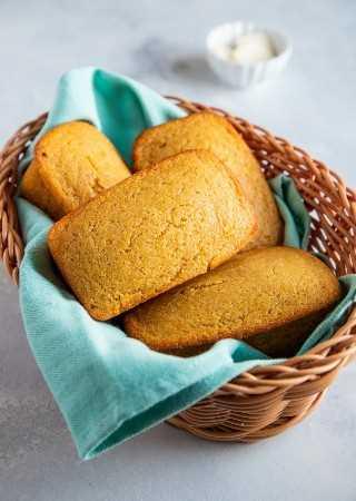 """La mejor receta fácil de pan de maíz. - Smart Little Cookie """"width ="""" 800 """"height ="""" 1126 """"data-pin-description ="""" ¡Esta receta fácil de pan de maíz es dulce, húmeda y súper deliciosa! Tómelo para el desayuno o sirva junto con sus guisos favoritos, chile, sopas y más. ¡Sus bordes crujientes y mantecosos hacen de esta la mejor receta de pan de maíz! #smartlittlecookie #cornbread #recipe #southern #sweet #buttermilk """"srcset ="""" https://i0.wp.com/smartlittlecookie.net/wp-content/uploads/2018/11/Cornbread-Smart-Little-Cookie-6. jpg? resize = 800% 2C1126 & ssl = 1 800w, https://i0.wp.com/smartlittlecookie.net/wp-content/uploads/2018/11/Cornbread-Smart-Little-Cookie-6.jpg?resize=128 % 2C180 & ssl = 1 128w, https://i0.wp.com/smartlittlecookie.net/wp-content/uploads/2018/11/Cornbread-Smart-Little-Cookie-6.jpg?resize=277%2C390&ssl=1 277w , https://i0.wp.com/smartlittlecookie.net/wp-content/uploads/2018/11/Cornbread-Smart-Little-Cookie-6.jpg?resize=768%2C1080&ssl=1 768w, https: // i0.wp.com/smartlittlecookie.net/wp-content/uploads/2018/11/Cornbread-Smart-Little-Cookie-6.jpg?resize=300%2C422&ssl=1 300w, https://i0.wp.com /smartlittlecookie.net/wp-content/uploads/2018/11/Cornbread-Smart-Little-Cookie-6.jpg?resize=600%2C844&ssl=1 600w, https://i0.wp.com/smartlittlecookie.net/ wp-content / uploads / 2018/11 / Cornbread-Smart-Little-Cookie-6.jpg? w = 1600 & ssl = 1 1600w """"tamaños ="""" (ancho máx .: 800 px) 100vw, 800 px """"data-recalc-dims ="""" 1"""
