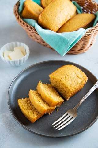 """La mejor receta fácil de pan de maíz. - Pequeña galleta inteligente """"width ="""" 800 """"height ="""" 1200 """"data-pin-description ="""" ¡Esta receta fácil de pan de maíz es dulce, húmeda y súper deliciosa! Tómelo para el desayuno o sirva junto con sus guisos favoritos, chile, sopas y más. ¡Sus bordes crujientes y mantecosos hacen de esta la mejor receta de pan de maíz! #smartlittlecookie #cornbread #recipe #southern #sweet #buttermilk """"srcset ="""" https://i2.wp.com/smartlittlecookie.net/wp-content/uploads/2018/11/Cornbread-Smart-Little-Cookie-4. jpg? resize = 800% 2C1200 & ssl = 1 800w, https://i2.wp.com/smartlittlecookie.net/wp-content/uploads/2018/11/Cornbread-Smart-Little-Cookie-4.jpg?resize=120 % 2C180 & ssl = 1 120w, https://i2.wp.com/smartlittlecookie.net/wp-content/uploads/2018/11/Cornbread-Smart-Little-Cookie-4.jpg?resize=260%2C390&ssl=1 260w , https://i2.wp.com/smartlittlecookie.net/wp-content/uploads/2018/11/Cornbread-Smart-Little-Cookie-4.jpg?resize=768%2C1152&ssl=1 768w, https: // i2.wp.com/smartlittlecookie.net/wp-content/uploads/2018/11/Cornbread-Smart-Little-Cookie-4.jpg?resize=400%2C600&ssl=1 400w, https://i2.wp.com /smartlittlecookie.net/wp-content/uploads/2018/11/Cornbread-Smart-Little-Cookie-4.jpg?resize=300%2C450&ssl=1 300w, https://i2.wp.com/smartlittlecookie.net/ wp-content / uploads / 2018/11 / Cornbread-Smart-Little-Cookie-4.jpg? resize = 600% 2C900 & ssl = 1 600w , https://i2.wp.com/smartlittlecookie.net/wp-content/uploads/2018/11/Cornbread-Smart-Little-Cookie-4.jpg?w=1600&ssl=1 1600w """"tamaños ="""" (max- ancho: 800px) 100vw, 800px """"data-recalc-dims ="""" 1"""