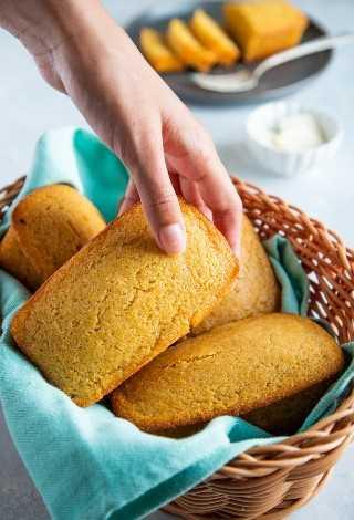 """La mejor receta fácil de pan de maíz. - Smart Little Cookie """"width ="""" 800 """"height ="""" 1177 """"data-pin-description ="""" ¡Esta receta fácil de pan de maíz es dulce, húmeda y súper deliciosa! Tómelo para el desayuno o sirva junto con sus guisos favoritos, chile, sopas y más. ¡Sus bordes crujientes y mantecosos hacen de esta la mejor receta de pan de maíz! #smartlittlecookie #cornbread #recipe #southern #sweet #buttermilk """"srcset ="""" https://i2.wp.com/smartlittlecookie.net/wp-content/uploads/2018/11/Cornbread-Smart-Little-Cookie-8. jpg? resize = 800% 2C1177 & ssl = 1 800w, https://i2.wp.com/smartlittlecookie.net/wp-content/uploads/2018/11/Cornbread-Smart-Little-Cookie-8.jpg?resize=122 % 2C180 & ssl = 1 122w, https://i2.wp.com/smartlittlecookie.net/wp-content/uploads/2018/11/Cornbread-Smart-Little-Cookie-8.jpg?resize=265%2C390&ssl=1 265w , https://i2.wp.com/smartlittlecookie.net/wp-content/uploads/2018/11/Cornbread-Smart-Little-Cookie-8.jpg?resize=768%2C1130&ssl=1 768w, https: // i2.wp.com/smartlittlecookie.net/wp-content/uploads/2018/11/Cornbread-Smart-Little-Cookie-8.jpg?resize=300%2C441&ssl=1 300w, https://i2.wp.com /smartlittlecookie.net/wp-content/uploads/2018/11/Cornbread-Smart-Little-Cookie-8.jpg?resize=600%2C883&ssl=1 600w, https://i2.wp.com/smartlittlecookie.net/ wp-content / uploads / 2018/11 / Cornbread-Smart-Little-Cookie-8.jpg? w = 1600 & ssl = 1 1600w """"tamaños ="""" (ancho máx .: 800 px) 100vw, 800 px """"data-recalc-dims ="""" 1"""