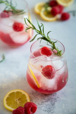 "Spritzer de vino de limón y frambuesa servido en un vaso con rodajas de limón, frambuesas y romero para decorar ""class ="" wp-image-9534 ""srcset ="" https://i2.wp.com/smartlittlecookie.net/wp-content/uploads/ 2019/03 / Raspberry-Lemon-Spritzer-Smart-Little-Cookie-3.jpg? Resize = 800% 2C1200 & ssl = 1 800w, https://i2.wp.com/smartlittlecookie.net/wp-content/uploads/2019 /03/Raspberry-Lemon-Spritzer-Smart-Little-Cookie-3.jpg?resize=120%2C180&ssl=1 120w, https://i2.wp.com/smartlittlecookie.net/wp-content/uploads/2019/ 03 / Raspberry-Lemon-Spritzer-Smart-Little-Cookie-3.jpg? Resize = 260% 2C390 & ssl = 1 260w, https://i2.wp.com/smartlittlecookie.net/wp-content/uploads/2019/03 /Raspberry-Lemon-Spritzer-Smart-Little-Cookie-3.jpg?resize=768%2C1152&ssl=1 768w, https://i2.wp.com/smartlittlecookie.net/wp-content/uploads/2019/03/ Raspberry-Lemon-Spritzer-Smart-Little-Cookie-3.jpg? Resize = 400% 2C600 & ssl = 1 400w, https://i2.wp.com/smartlittlecookie.net/wp-content/uploads/2019/03/Raspberry -Lemon-Spritzer-Smart-Little-Cookie-3.jpg? Resize = 300 % 2C450 & ssl = 1 300w, https://i2.wp.com/smartlittlecookie.net/wp-content/uploads/2019/03/Raspberry-Lemon-Spritzer-Smart-Little-Cookie-3.jpg?resize=600% 2C900 & ssl = 1 600w, https://i2.wp.com/smartlittlecookie.net/wp-content/uploads/2019/03/Raspberry-Lemon-Spritzer-Smart-Little-Cookie-3.jpg?w=1600&ssl=1 1600w ""tamaños ="" (ancho máximo: 800px) 100vw, 800px ""data-recalc-dims ="" 1"