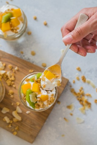 "Parfait de yogur de frutas tropicales con kiwi, mango, granola y yogurt- Smart Little Cookie ""width ="" 800 ""height ="" 1200 ""data-pin-description ="" Este parfait de yogurt de frutas tropicales es delicioso y fácil de llevar. Desayuno o merienda. Está hecho con yogurt de mango, kiwi, granola y coco tostado con sabor a vainilla. #smartlittlecookie #yogurtparfait #breakfast #recipe #snack ""srcset ="" https://i1.wp.com/smartlittlecookie.net/wp-content/uploads/2018/08/Tropical-Fruit-Yogurt-Parfait-Smart-Little- Cookie-6.jpg? Resize = 800% 2C1200 & ssl = 1 800w, https://i1.wp.com/smartlittlecookie.net/wp-content/uploads/2018/08/Tropical-Fruit-Yogurt-Parfait-Smart-Little -Cookie-6.jpg? Resize = 120% 2C180 & ssl = 1 120w, https://i1.wp.com/smartlittlecookie.net/wp-content/uploads/2018/08/Tropical-Fruit-Yogurt-Parfait-Smart- Little-Cookie-6.jpg? Resize = 260% 2C390 & ssl = 1 260w, https://i1.wp.com/smartlittlecookie.net/wp-content/uploads/2018/08/Tropical-Fruit-Yogurt-Parfait-Smart -Little-Cookie-6.jpg? Resize = 768% 2C1152 & ssl = 1 768w, https://i1.wp.com/smartlittlecookie.net/wp-content/uploads/2018/08/Tropical-Fruit-Yogurt-Parfait- Smart-Little-Cookie-6.jpg? Resize = 400% 2C600 & ssl = 1 400w, https://i1.wp.com/smartlittlecookie.net/wp-content/uploads/2018/08/Tropical-Fruit-Yogurt-Parfait -Smart-Little-Cookie-6.jpg? Resize = 560% 2C840 & ssl = 1 560w, https://i1.wp.com /smartlittlecookie.net/wp-content/uploads/2018/08/Tropical-Fruit-Yogurt-Parfait-Smart-Little-Cookie-6.jpg?resize=300%2C450&ssl=1 300w, https: //i1.wp. com / smartlittlecookie.net / wp-content / uploads / 2018/08 / Tropical-Fruit-Yogurt-Parfait-Smart-Little-Cookie-6.jpg? resize = 600% 2C900 & ssl = 1 600w, https: //i1.wp .com / smartlittlecookie.net / wp-content / uploads / 2018/08 / Tropical-Fruit-Yogurt-Parfait-Smart-Little-Cookie-6.jpg? w = 1600 & ssl = 1 1600w ""tamaños ="" (ancho máximo: 800px) 100vw, 800px ""data-recalc-dims ="" 1"