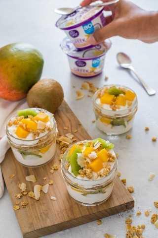 "Parfait de yogur de frutas tropicales con kiwi, mango, granola y yogurt- Smart Little Cookie ""width ="" 800 ""height ="" 1200 ""data-pin-description ="" Este parfait de yogurt de frutas tropicales es delicioso y fácil de llevar. Desayuno o merienda. Está hecho con yogurt de mango, kiwi, granola y coco tostado con sabor a vainilla. #smartlittlecookie #yogurtparfait #breakfast #recipe #snack ""srcset ="" https://i0.wp.com/smartlittlecookie.net/wp-content/uploads/2018/08/Tropical-Fruit-Yogurt-Parfait-Smart-Little- Cookie-3.jpg? Resize = 800% 2C1200 & ssl = 1 800w, https://i0.wp.com/smartlittlecookie.net/wp-content/uploads/2018/08/Tropical-Fruit-Yogurt-Parfait-Smart-Little -Cookie-3.jpg? Resize = 120% 2C180 & ssl = 1 120w, https://i0.wp.com/smartlittlecookie.net/wp-content/uploads/2018/08/Tropical-Fruit-Yogurt-Parfait-Smart- Little-Cookie-3.jpg? Resize = 260% 2C390 & ssl = 1 260w, https://i0.wp.com/smartlittlecookie.net/wp-content/uploads/2018/08/Tropical-Fruit-Yogurt-Parfait-Smart -Little-Cookie-3.jpg? Resize = 768% 2C1152 & ssl = 1 768w, https://i0.wp.com/smartlittlecookie.net/wp-content/uploads/2018/08/Tropical-Fruit-Yogurt-Parfait- Smart-Little-Cookie-3.jpg? Resize = 400% 2C600 & ssl = 1 400w, https://i0.wp.com/smartlittlecookie.net/wp-content/uploads/2018/08/Tropical-Fruit-Yogurt-Parfait -Smart-Little-Cookie-3.jpg? Resize = 560% 2C840 & ssl = 1 560w, https://i0.wp.com /smartlittlecookie.net/wp-content/uploads/2018/08/Tropical-Fruit-Yogurt-Parfait-Smart-Little-Cookie-3.jpg?resize=300%2C450&ssl=1 300w, https: //i0.wp. com / smartlittlecookie.net / wp-content / uploads / 2018/08 / Tropical-Fruit-Yogurt-Parfait-Smart-Little-Cookie-3.jpg? resize = 600% 2C900 & ssl = 1 600w, https: //i0.wp .com / smartlittlecookie.net / wp-content / uploads / 2018/08 / Tropical-Fruit-Yogurt-Parfait-Smart-Little-Cookie-3.jpg? w = 1600 & ssl = 1 1600w ""tamaños ="" (ancho máximo: 800px) 100vw, 800px ""data-recalc-dims ="" 1"