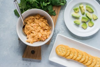Camarones picantes y picaduras de guacamole ~ Camarones picantes y guacamole en capas en galletas RITZ individuales. ¡Un aperitivo súper fácil que es perfecto para entretener! #anuncio