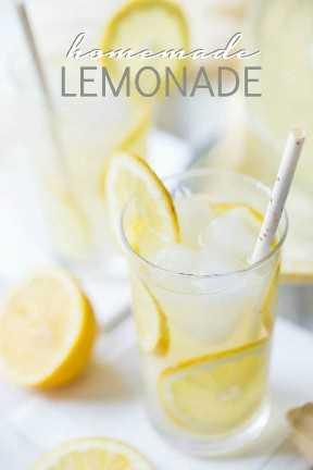 """Vasos de limonada casera con rodajas de limón, hielo y pajitas de papel, con una superposición de texto que dice """"Limonada casera""""."""