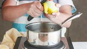 Eliminar la ralladura de un limón con un pelador de verduras.
