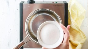 Colocar el azúcar en una olla pequeña.