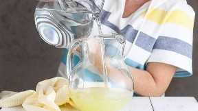 Agregar agua a la limonada casera.