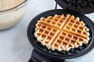 Waffles Churro cozidos com doce de leite na máquina de waffles