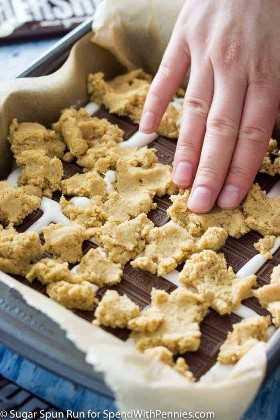 Barras S'mores con capa de galleta de migas de galleta graham que se presiona en barras de chocolate