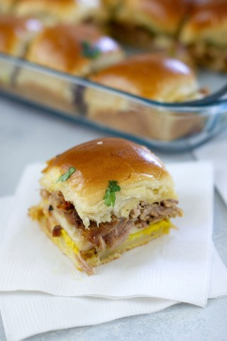 "Deslizadores cubanos hechos con cerdo asado, jamón, queso suizo, encurtidos y mostaza. - Smart Little Cookie ""width ="" 800 ""height ="" 1200 ""data-pin-description ="" Estos deliciosos Sliders cubanos están cargados de jamón dulce, queso suizo, cerdo asado, pepinillos en vinagre y mostaza. El sándwich deslizante perfecto para fiestas, días de juegos o como una opción fácil para cenar. #smartlittlecookie #gameday #sandwich #sliders #cubansandwich #easydinner ""srcset ="" https://i1.wp.com/smartlittlecookie.net/wp-content/uploads/2018/08/Cuban-Sliders-524.jpg?resize= 800% 2C1200 & ssl = 1 800w, https://i1.wp.com/smartlittlecookie.net/wp-content/uploads/2018/08/Cuban-Sliders-524.jpg?resize=120%2C180&ssl=1 120w, https: //i1.wp.com/smartlittlecookie.net/wp-content/uploads/2018/08/Cuban-Sliders-524.jpg?resize=260%2C390&ssl=1 260w, https://i1.wp.com/smartlittlecookie .net / wp-content / uploads / 2018/08 / Cuban-Sliders-524.jpg? resize = 400% 2C600 & ssl = 1 400w, https://i1.wp.com/smartlittlecookie.net/wp-content/uploads/ 2018/08 / Cuban-Sliders-524.jpg? Resize = 560% 2C841 & ssl = 1 560w, https://i1.wp.com/smartlittlecookie.net/wp-content/uploads/2018/08/Cuban-Sliders-524 .jpg? resize = 300% 2C451 & ssl = 1 300w, https://i1.wp.com/smartlittlecookie.net/wp-content/uploads/2018/08/Cuban-Sliders-524.jpg?resize=600%2C901&ssl= 1 600w, https://i1.wp.com/smartlittlecookie.net/wp-content/uploads/2018/08/Cuban-Sliders-524.jpg?z oom = 2 & redimensionar = 800% 2C1200 & ssl = 1 1600w ""tamaños ="" (ancho máximo: 800px) 100vw, 800px ""data-recalc-dims ="" 1"