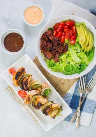 Las brochetas de pollo Sweet Honey BBQ con ensalada de aguacate BLT son una comida rápida y deliciosa que es perfecta para asar en el verano. #anuncio