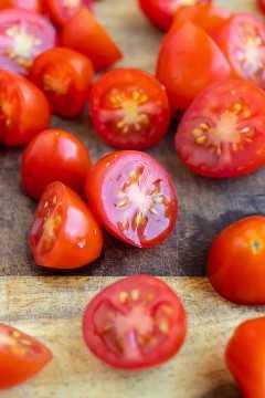 Un primer plano de tomates uva que se han cortado por la mitad.