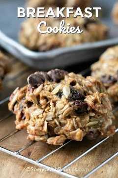 Desayuno galletas en una rejilla para enfriar con galletas en la bandeja para hornear en el fondo