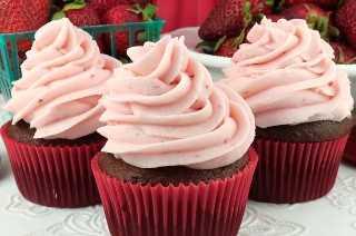 """The Best Strawberry Buttercream Frosting: nunca vuelva a usar la tienda comprada. Combinado con fresas frescas, este delicioso glaseado de fresa hecho en casa tiene un sabor increíble y es muy fácil de hacer. Especialmente bueno en pastel de comida de ángel o pastelitos de chocolate, ¡hará que todo lo que le pongas tenga mejor sabor! Pinte este delicioso glaseado casero más tarde y síganos para obtener más recetas excelentes de glaseado. #Frosting #Buttercream #Strawberries #StrawberryFrosting """"width ="""" 800 """"height ="""" 530 """"data-pin-description ="""" The Best Strawberry Buttercream Frosting: nunca más use la tienda comprada. Combinado con fresas frescas, este delicioso glaseado de fresa hecho en casa tiene un sabor increíble y es muy fácil de hacer. Especialmente bueno en pastel de comida de ángel o pastelitos de chocolate, ¡hará que todo lo que le pongas tenga mejor sabor! Pinte este delicioso glaseado casero más tarde y síganos para obtener más recetas excelentes de glaseado. #Frosting #Buttercream #Strawberries #StrawberryFrosting """"srcset ="""" https://juegoscocinarpasteleria.org/wp-content/uploads/2019/07/El-mejor-glaseado-de-fresa-con-crema-de-mantequilla.jpg 800w, https: / /www.twosisterscrafting.com/wp-content/uploads/2016/04/the-best-strawberry-buttercream-frosting-main-600x398.jpg 600w, https://www.twosisterscrafting.com/wp-content/uploads/ 2016/04 / the-best-strawberry-buttercream-frosting-main-768x509.jpg 768w, https://www.twosisterscrafting.com/wp-content/uploads/2016/04/the-best-strawberry-buttercream-frosting -main-735x487.jpg 735w """"tamaños ="""" (ancho máximo: 800px) 100vw, 800px """"/></p> <h2>Combinando con fresas frescas, este delicioso y casero """"The Best Strawberry Buttercream Frosting"""" tiene un sabor increíble y es muy fácil de hacer.</h2> <p>Esta receta nació de querer hacer algo diferente con pastelitos de chocolate y tener algunas fresas frescas en la nevera. Tenía expectativas muy bajas, pero realmente resultó delicioso. Normalmente, el Frosting de fresa """
